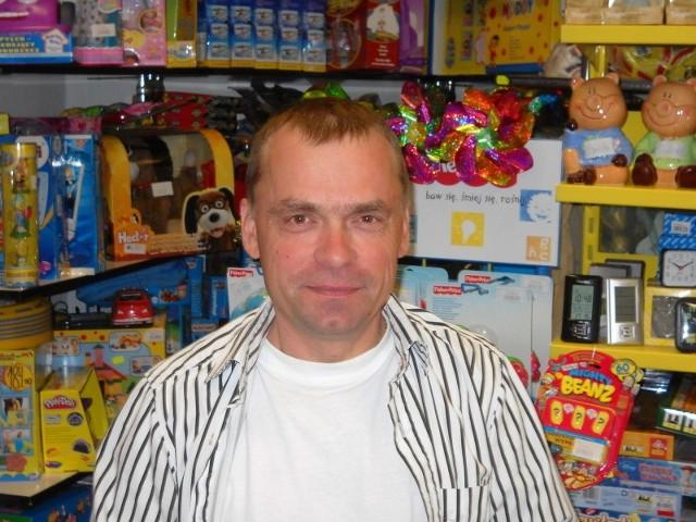 Michał Jabłoński, który sprzedaje zabawki na nadmorskiej promenadzie twierdzi, że średnio rodzice dziennie na zabawki wydają około 20 zł na jedno dziecko.