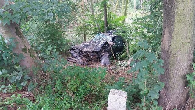 Do wypadku doszło w piątek (29 lipca) nad ranem na trasie z Nowego Miasteczka do Mycielina. Rozpędzone bmw wypadło z drogi i uderzyło w drzewo. Młoda dziewczyna w bardzo ciężkim stanie trafiła do szpitala.Policja o wypadku została powiadomiona około godz. 6.00 nad ranem. Roztrzaskane bmw zauważyli kierowcy jadący drogą z Nowego Miasteczka do Mycielina. Na miejsce wysłano policję oraz karetkę pogotowia ratunkowego.W rozbitym bmw leżała młoda kobieta. Po wyjęciu z wraku została przewieziona do szpitala w Nowej Soli. Jej stan lekarze określają jako bardzo ciężki. Ma bardzo poważne obrażenia głowy i walczy o życie.– Ze wstępnych ustaleń wynika, że bmw na łuku wypadło z drogi, spadło ze skarpy i tam uderzyło w drzewo – mówi podinsp. Sylwia Woroniec, rzeczniczka żagańskiej policji. Śledczy ustalają przyczyny oraz okoliczności zdarzenia.Jak udało się nam nieoficjalnie ustalić, na miejsce wypadku przyjechała matka rannej dziewczyny. Powiedziała, że jej córka nie tylko nie miała prawa jazdy, ale również nigdy nie jeździła samochodem, bo nie umie prowadzić. Auto, w którym została znaleziona, nie należy do rodziny.