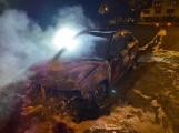 Pożar samochodu osobowego w Nowym Tomyślu. Nie żyje jedna osoba