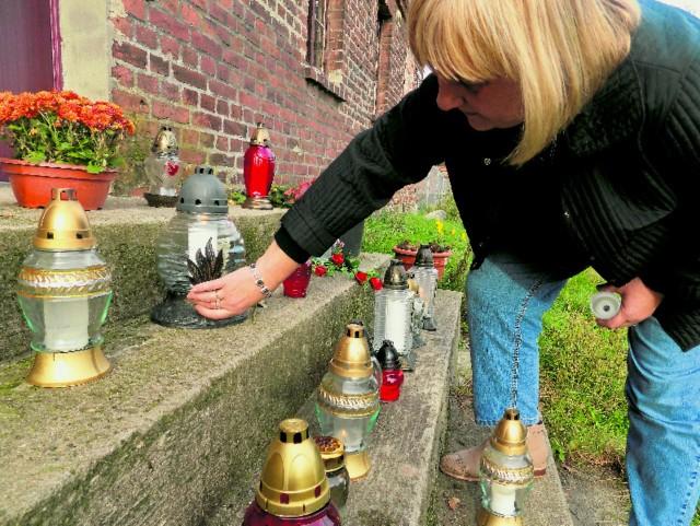 Maria Rams przyjechała w środę do Gądkowa zapalić znicz w progu domu Agnieszki. Dwa dni po jej pogrzebie.