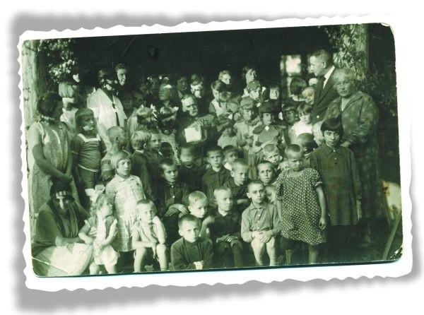 Fotografia ta przechowała się w albumie Joanny Kisielewskiej. Jej teściowa, pani Regina (z kokardą, z prawej strony siedzącego Marszałka), mieszkała po wojnie w Białymstoku