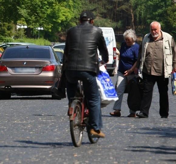 - Wprowadzili strefę płatnego parkowania na ulicy Wojska Polskiego. Trudno. Ale nie mogą nas dobijać i kazać płacić za parkowanie w bocznych uliczkach! -mówią handlowcy ze stoisk w pobliżu ulicy Kruczkowskiego, którą widać na zdjęciu.