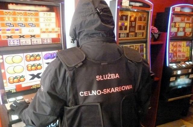 Funkcjonariusze Służby Celno-Skarbowej z Łomży skontrolowali jeden z lokali w Wysokiem Mazowieckiem, co do którego zachodziło podejrzenie, że są w nim urządzane nielegalne gry hazardowe. Ustalenia mundurowych okazały się trafne. Po wejściu do pomieszczeń wyposażonych m.in. w monitoring służący do selekcji klientów funkcjonariusze znaleźli pięć nielegalnie działających urządzeń do gier hazardowych.