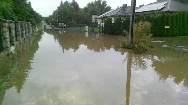 Ulica Hodowlana jest przy okazji każdego większego deszczu zalewana. Podtapiane są także domy. Mieszkańcy mają dość i czekają kolejny rok na budowę kanalizacji deszczowej.