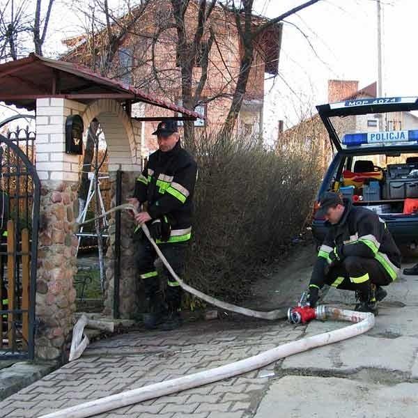 Przesiąknięty rozlaną benzyną dom zabezpieczyli strażacy.