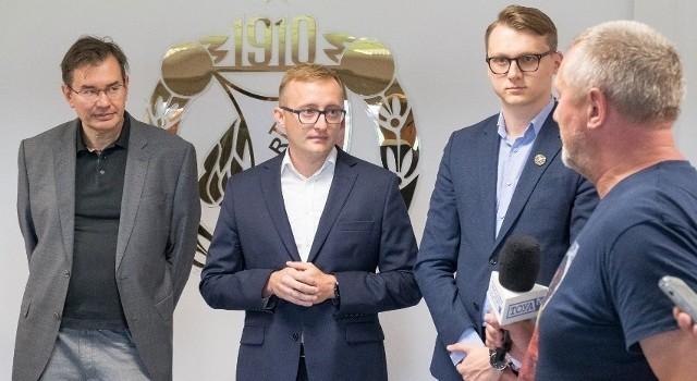 Właściciel Widzewa Tomasz Stamirowski, prezes klubu Mateusz Dróżdż, wiceprezes Michał Rydz i Robert Fiećko z telewizji Toya