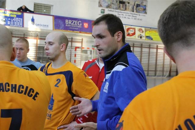 Trener OSiR-u Bartłomiej Jasiówka (w niebieskiej bluzie) mógł być zadowolony z postawy zespołu.