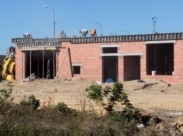 Budowa siedziby dla strażakówNa działce przy ulicy Rodziny Ziętalów widać już część budynku. Będzie w niej część socjalna i biurowa. Pod garaże wykopano fundamenty.