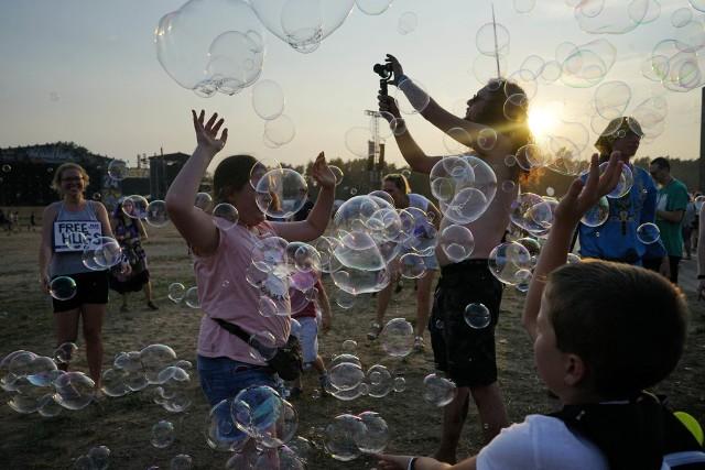 Zabawa na festiwalu PolAndRock trwa w najlepsze! W środę wieczorem nasz fotoreporter uchwycił puszczanie baniek o zachodzie słońca. Udało mu się zrobić przepiękne zdjęcia. Przekonajcie się sami!Przejdź do kolejnego zdjęcia --->ZOBACZ TEŻ: PolAndRock Festival 2018, czyli nowy WOODSTOCK: Zdjęcia. Oto najpiękniejsze DZIEWCZYNY [GALERIA]PolAndRock Festival 2018: Zaczyna się nowy Przystanek Woodstock. W Kostrzynie już trwa zabawa [ZDJĘCIA]PolAndRock Festiwal 2018 (Woodstock): parada przebierańców. Nie uwierzycie, jaką fantazję mają uczestnicy festiwalu! [ZDJĘCIA]