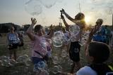 PolAndRock Festival 2018: Puszczanie baniek o zachodzie słońca [ZDJĘCIA]