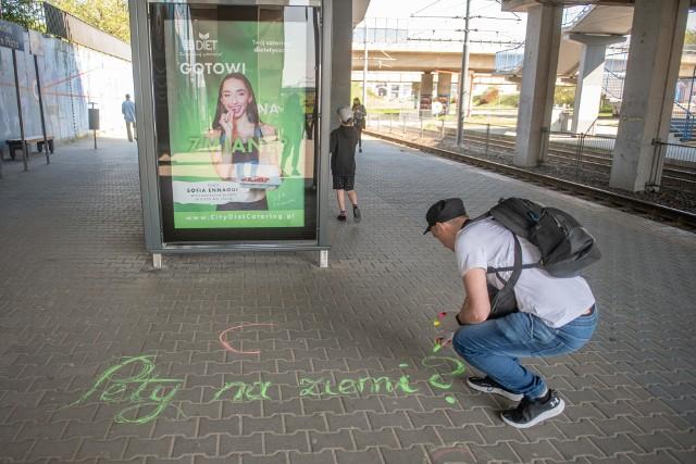 Kreda Wstydu tym razem wzięła na celownik pety na przystanku Poznań PlazaZobacz zdjęcia z akcji --->>>