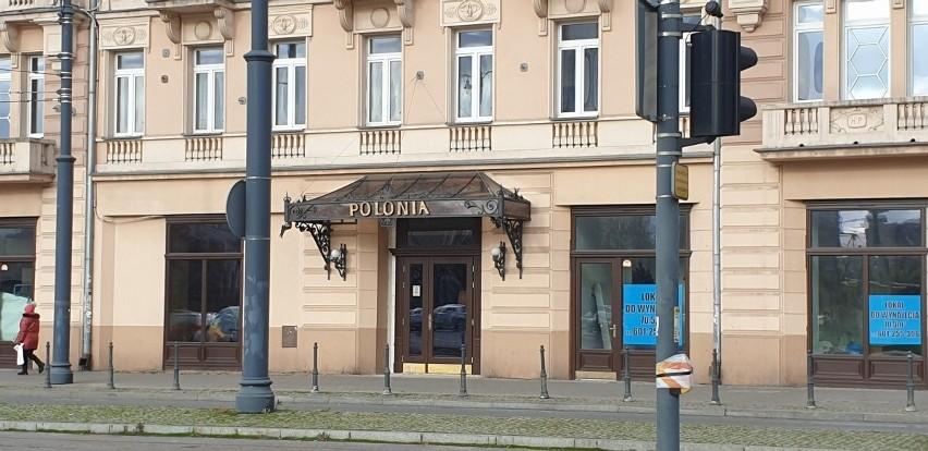 Znad wejścia już zniknęło słowo hotel....