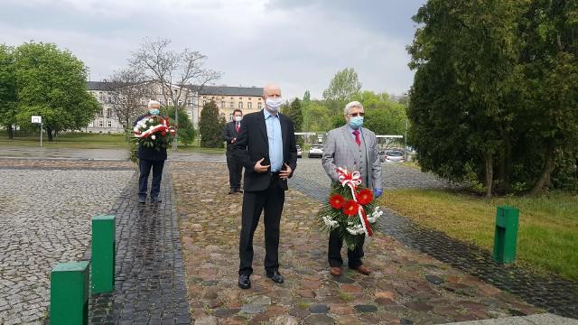 Organizacje lewicowe złożyły kwiaty pod pomnikiem Wolność, Praca, Godność w Sosnowcu z okazji Święta Pracy 1 maja.