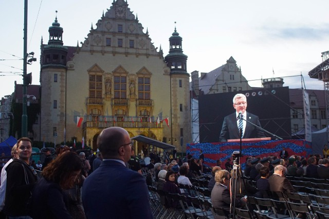 Jacek Jaśkowiak przemawia na placu Mickiewicza na obchodach 60. rocznicy Czerwca '56