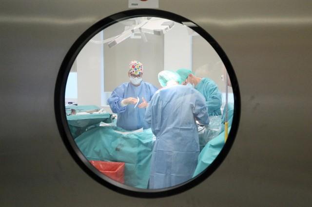"""W galerii przygotowaliśmy zestawienie najbardziej uporczywych i niebezpiecznych dolegliwości z którymi w ostatnim czasie pacjenci zgłaszają się do lekarzy po tzw. """"Długim covidzie"""". Przesuwaj zdjęcia w prawo - naciśnij strzałkę lub przycisk NASTĘPNE >>>"""