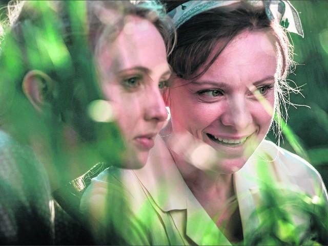 Magdalena Boczarska (z prawej) obdarza swoją postać fantastyczną energią, jest przekonująca w każdej odsłonie. Wspaniale też wygląda na ekranie znana z łódzkiego teatru Justyna Wasilewska