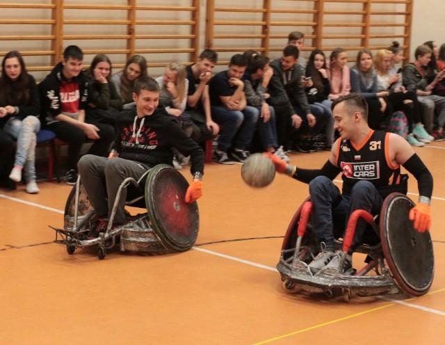 Jakub Bitner (z lewej) jest zdrowym uczniem, ale spróbował, jak to jest zagrać w meczu na wózkach.
