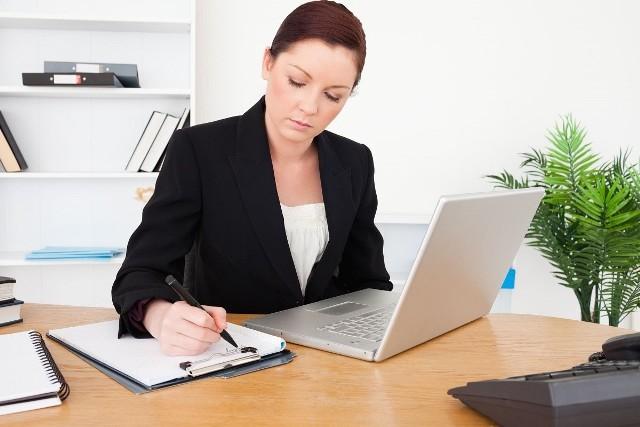 W przypadku rozwiązania lub wygaśnięcia umowy o pracę, pracodawca musi przygotować świadectwo pracy i niezwłocznie wręczyć je pracownikowi.