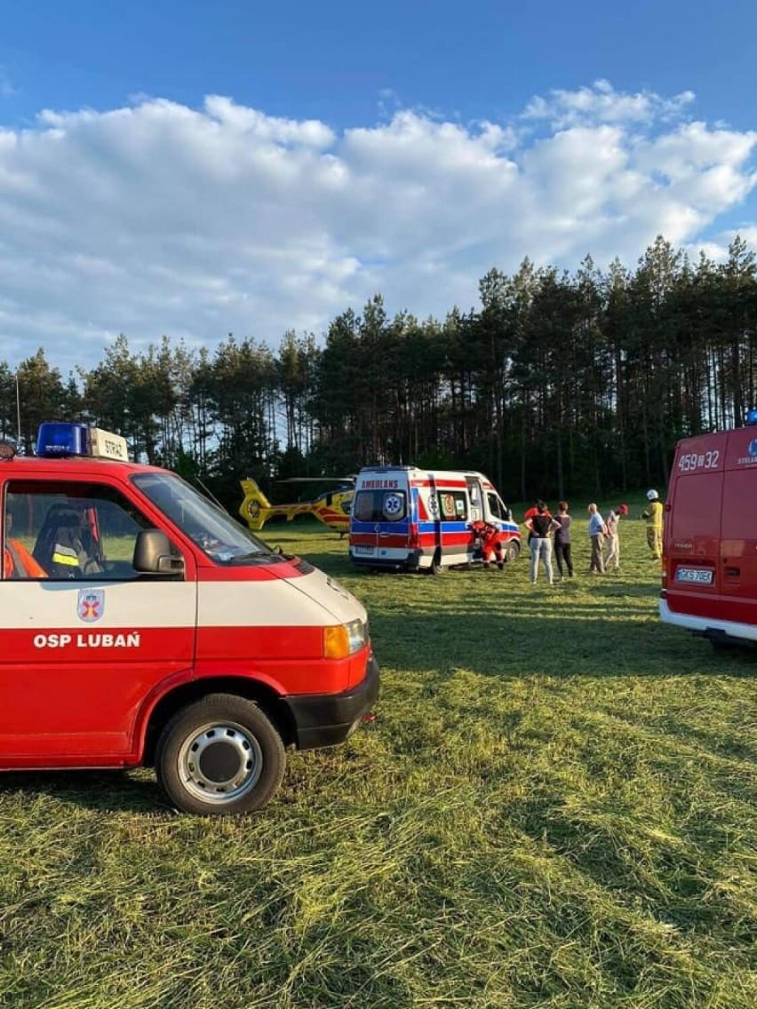 Wypadek podczas prac polowych w Starym Barkoczynie (powiat kościerski). 52-letni mężczyzna doznał urazu twarzoczaszki