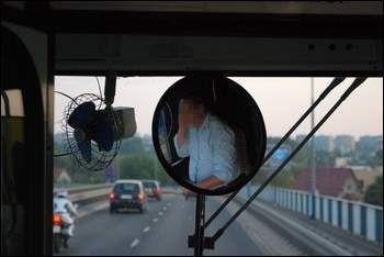 Podczas jazdy kierowca autobusu rozmawiał przez telefon. W ten sposób naraził na niebezpieczeństwo pasażerów