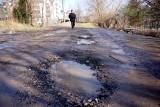 Do szkoły po błocie, na pociąg – slalomem między dziurami. Mieszkańcy Węglina i Czubów chcą zmian na drogach