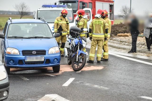 Ranny motocyklista trafił do leszczyńskiego szpitala po zderzeniu na rondzie Podwale. Policja ustala okoliczności wypadku, ale wiadomo, że doszło do zderzenia osobowego suzuki z jednośladem. Przejdź do kolejnego zdjęcia --->