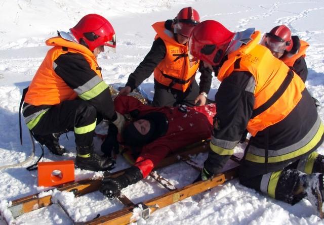 Drabina pomaga bezpiecznie dotrzeć do samego poszkodowanego.