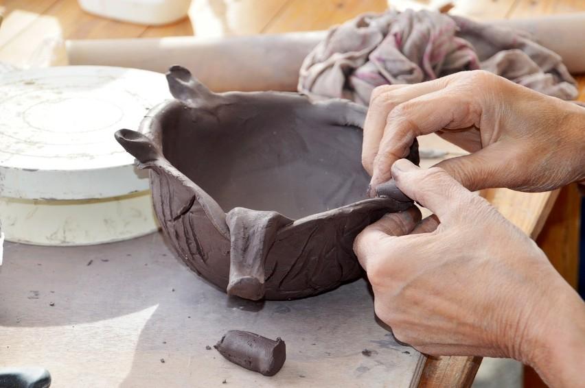 Nauka wykonywania rękodzieła artystycznego np. lepienia z...