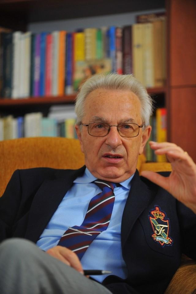 Prof. Zbigniew Lew-Starowicz: Nie mam z tym nic wspólnego. Ogłaszałem to w internecie, zgłaszałem policji, zwróciłem się do onetu, ale niestety ten proceder kwitnie
