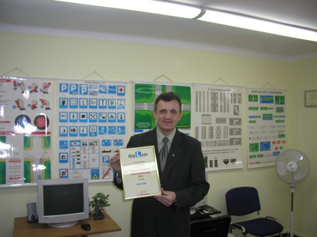 Tadeusz Suchocki, właściciel, prezentuje dyplom