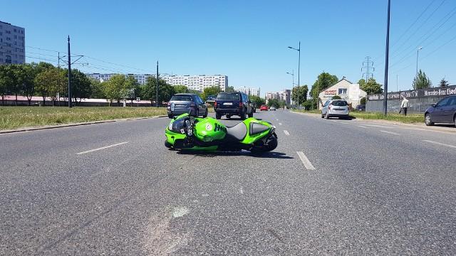 Wypadek motocyklisty na Rokicińskiej w Łodzi. Motocyklista ranny po zderzeniu z jeepem - 7 maja 2018