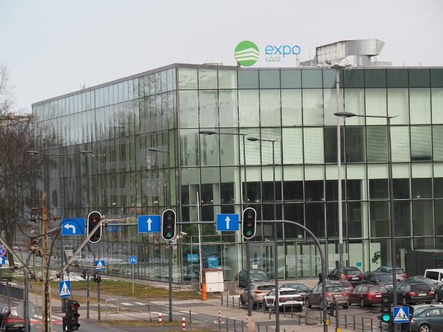 U trzech pacjentów zakażonych koronawirusem leżących w szpitalu tymczasowym w hali Expo Łódź wykryto bakterię Clostridium difficile. Bakteria ta wywołuje biegunkę, także nawracającą i atakuje zwłaszcza osoby po leczeniu antybiotykami, osłabione innymi chorobami i będące w podeszłym wieku - a takich jest większość pacjentów hospitalizowanych z COVID-19. Bakteria przenosi się przez kontakt między zakażonymi lub przez dotykanie tych samych powierzchni.  Jest jednym z częstszych zakażeń szpitalnych.CZYTAJ DALEJ >>>>...