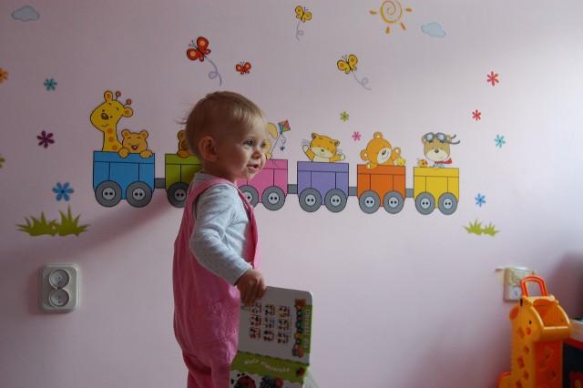 dekoracje pokoju dzieckaDekorowanie dziecięcego pokoiku za pomocą naklejek jest przyjemnością nie tylko dla dzieci, ale i dla rodziców. Taka ozdoba pozwala spełnić marzenia maluchów i zamienić ich pokoiki w świat pełen kolorowych postaci.
