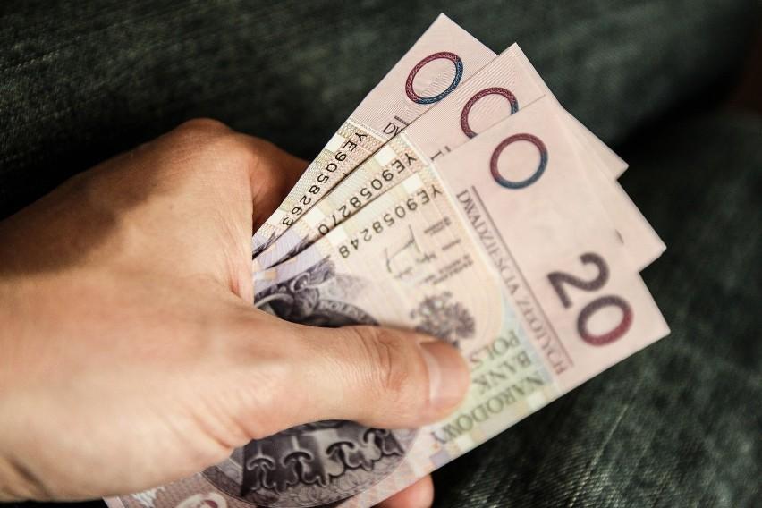 GUS podał dane na temat przeciętnych zarobków w 66 miastach na prawach powiatu, wśród których znalazły się m.in. dawne stolice województw oraz miasta powyżej 100 tys. mieszkańców. Okazuje się, że Warszawa w dalszym ciągu nie może zdobyć pierwszego miejsca na podium. Za to na Śląsku miał miejsce gigantyczny wzrost płac.W 14 polskich miastach na prawach powiatu zarobki przekroczyły 5000 zł, ale największy rekord pobiło Jastrzębie-Zdrój ze średnią płacą powyżej 8000 zł brutto. W ciągu roku zarobki skoczyły tutaj o ponad 1500 zł. W pierwszej dwudziestce znalazło się także wiele innych perełek. Policzyliśmy, o ile w ciągu roku wzrosły pensje w 20 miastach na prawach powiatu z najwyższymi wynagrodzeniami (dane za 2018 rok).Zobacz, dokąd warto wyjechać za pracą.