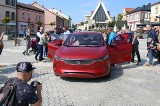 Izera zaprezentowana w Jaworznie. Dwa samochody elektryczne biały i czerwony zachwyciły mieszkańców