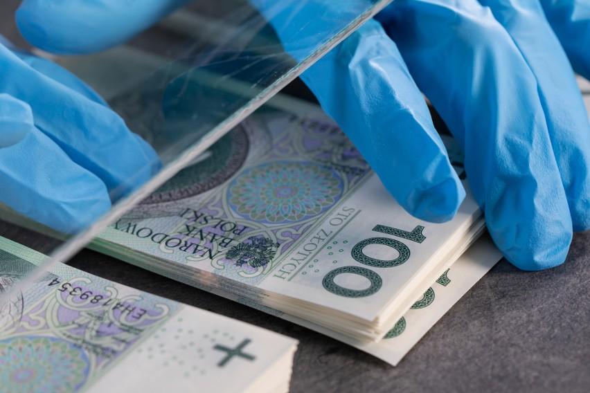 Koronawirus na banknotach. Jak długo się na nich utrzymuje? Od tych przedmiotów trzymaj się z daleka
