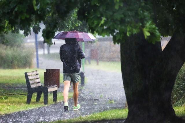 Prognozowana wysokość opadów do 20 mm. Temperatura maksymalna od 22°C na zachodzie do 25°C na wschodzie i południu.