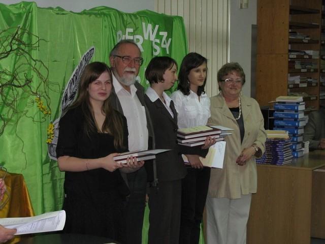 Uczestnicy konkursu wraz z jurorami.