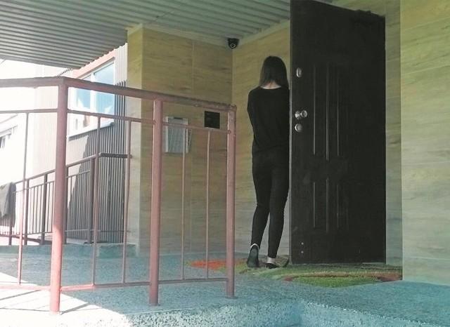 Po remoncie drzwi do bloku nie działają już prawidłowo.