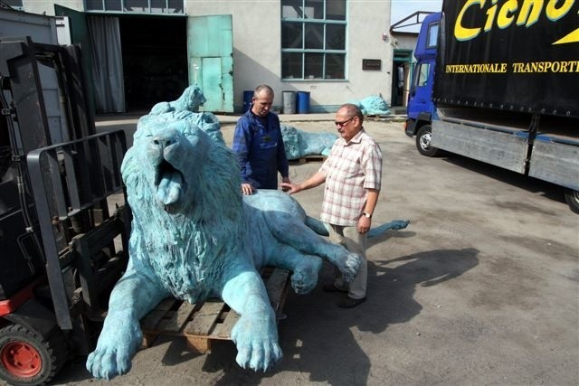 Szef odlewni Wiktor Halupczok (z prawej) i Andrzej Sordoń szykują lwy do transportu. (fot. Krzysztof Świderski)