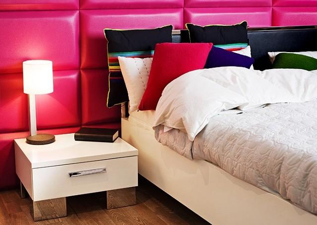 Panele ścienne w sypialniPanele Impress nadają efekt trójwymiarowej przestrzeni. Dobrze prezentują się na ścianach oraz w bardziej nietypowych miejscach, takich jak np. wnęki, garderoby, przedpokoje itp. Są przyjemne w dotyku, dlatego mogą spełniać funkcję wezgłowia łóżek, czy kanap.