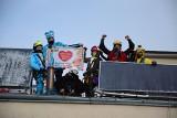 29. Finał Wielkiej Orkiestry Świątecznej Pomocy 2021. Alpiniści przebrani za bohaterów bajek umyli okna w szpitalach w Gdyni i w Wejherowie