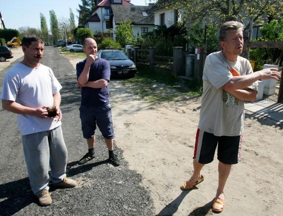 Drogowcy wysypali na piach przy ul. Tarniny wióry zdartego asfaltu z innej ulicy, co zbulwersowało mieszkańców. Stoją od lewej: Andrzej Rumiński, Wojciech Prażucha i Ryszard Kuzon.