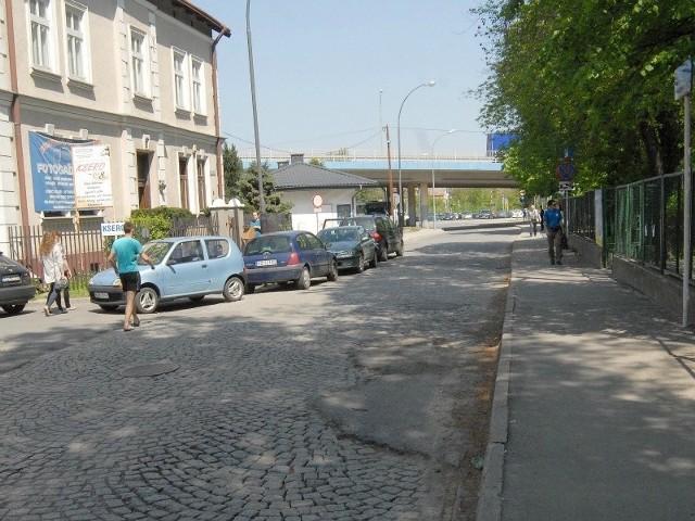 Ul. Towarnickiego zapadła się pod ciężarem jeżdżących tędy autobusów. Dziury w kamiennej kostce są prowizorycznie połatane asfaltem.