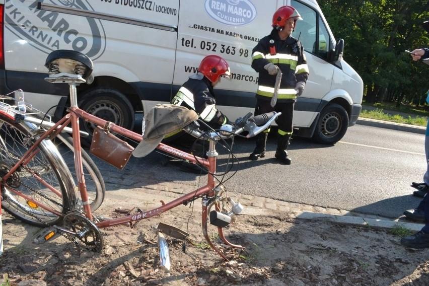 Rowerzysta wpadł pod koła volkswagena obok skrzyżowania...