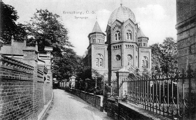 Tak wyglądała synagoga żydowska w Kluczborku. Znajdowała się przy wejściu do parku miejskiego (naprzeciwko dzisiejszego sklepu meblowego).