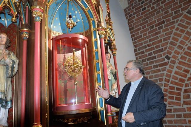 Monstrancja z Najświętszym Sakramentem będzie dobrze widoczna dla wiernych, ale też bezpieczna, bo osłonięta półokrągłą ścianką z poliwęglanu - mówi ks. dr Waldemar Klinger.