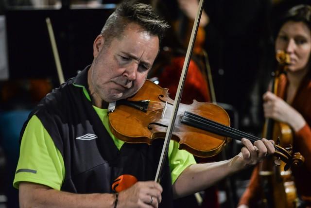 """Łącznikiem mi edzy światem """"klasyki"""" i """"jazzu"""" był oczywiście Nigel Kennedy (zdjęcie z próby przed koncertem)"""