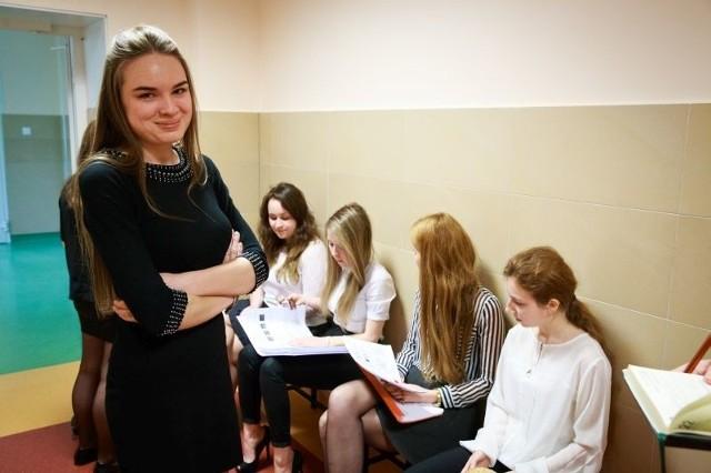 Bardzo to przeżywamy, bo to bardzo ważny egzamin w naszym życiu - mówiła Eliza Siemaszko, zdająca maturę międzynarodową. Jej koleżanki do ostatniej chwili powtarzały materiał.