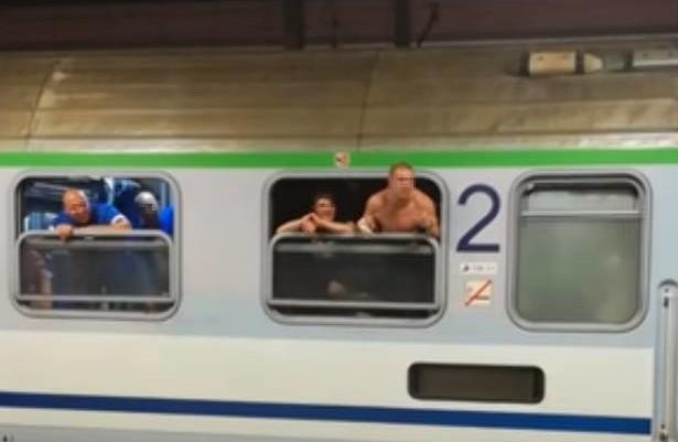 Pseudokibice sterroryzowali maszynistę, zmusili go do zatrzymania pociągu. Wyszli na peron w Zabrzu i zaczęli go niszczyć.